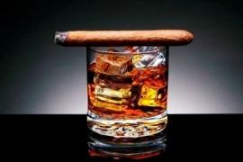 2025855-lit-cigar-descanso-en-vaso-de-whisky-y-cubos-de-hielo-thumb-medium